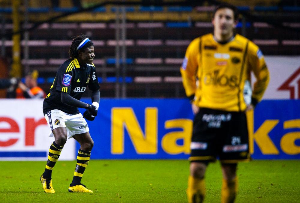 BANG BANG. Mohamed Bangura kom rakt från division 1 men blev genast en allsvensk stjärna. Att AIK kämpade i botten verkade inte påverka honom det minsta.
